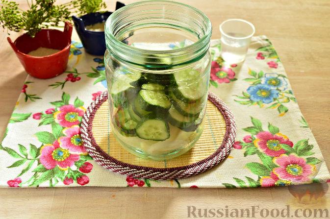 Фото приготовления рецепта: Маринованный салат из помидоров, огурцов, моркови (на зиму) - шаг №4