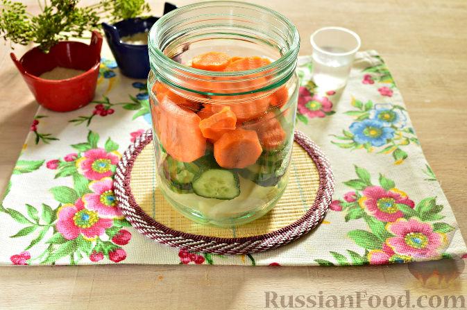 Фото приготовления рецепта: Маринованный салат из помидоров, огурцов, моркови (на зиму) - шаг №5