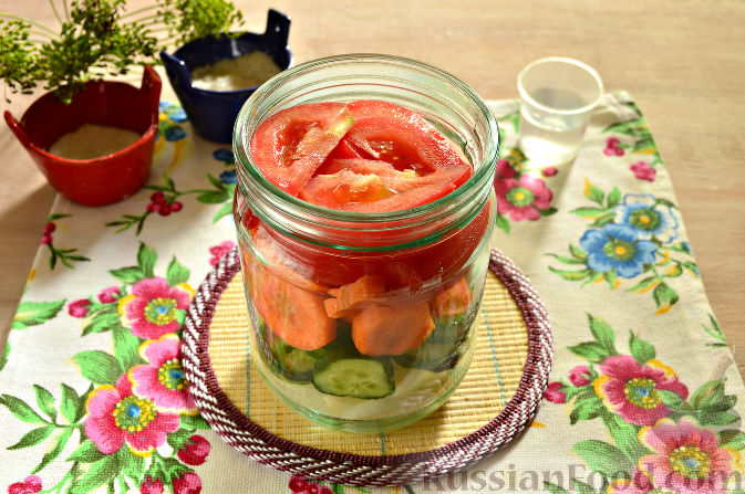 Фото приготовления рецепта: Маринованный салат из помидоров, огурцов, моркови (на зиму) - шаг №6