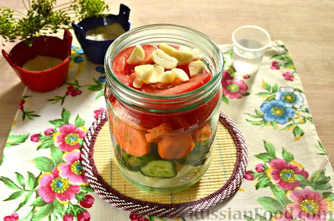 Фото приготовления рецепта: Маринованный салат из помидоров, огурцов, моркови (на зиму) - шаг №7