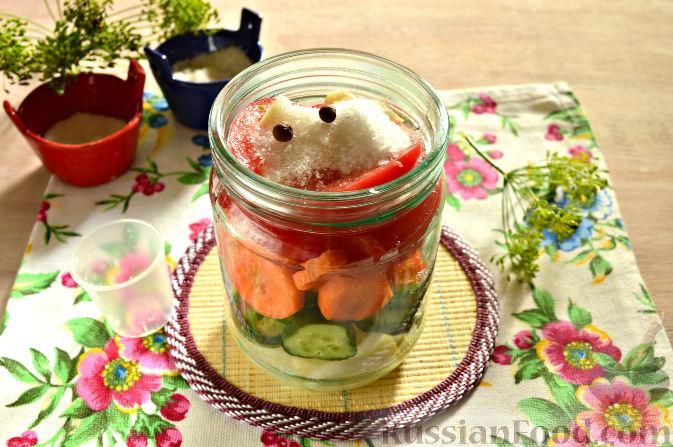 Фото приготовления рецепта: Маринованный салат из помидоров, огурцов, моркови (на зиму) - шаг №8