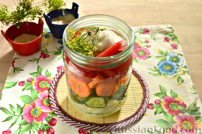 Фото приготовления рецепта: Маринованный салат из помидоров, огурцов, моркови (на зиму) - шаг №9