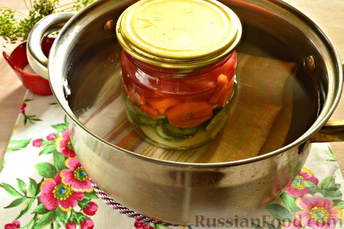 Фото приготовления рецепта: Маринованный салат из помидоров, огурцов, моркови (на зиму) - шаг №10