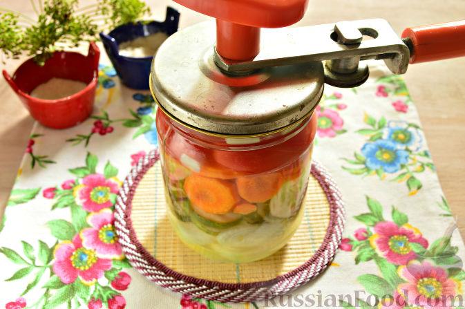 Фото приготовления рецепта: Маринованный салат из помидоров, огурцов, моркови (на зиму) - шаг №11