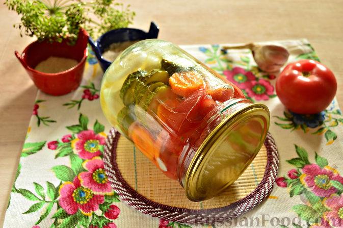 Фото приготовления рецепта: Маринованный салат из помидоров, огурцов, моркови (на зиму) - шаг №12