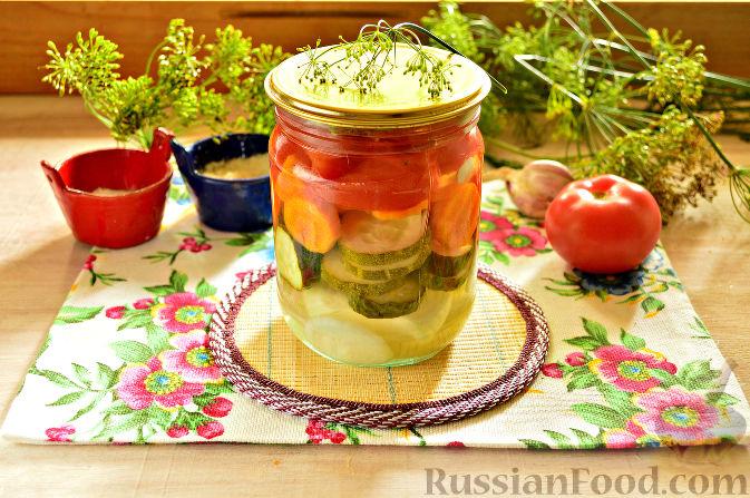 Фото приготовления рецепта: Маринованный салат из помидоров, огурцов, моркови (на зиму) - шаг №13
