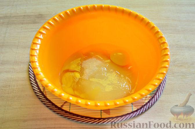 Фото приготовления рецепта: Вишневый кекс с изюмом - шаг №3