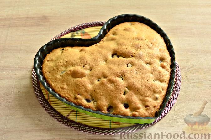 Фото приготовления рецепта: Вишневый кекс с изюмом - шаг №12