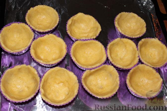 """Фото приготовления рецепта: Пирожные """"Корзиночки"""" с вишней и клубникой - шаг №7"""