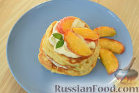 Фото к рецепту: Торт из оладий с персиками