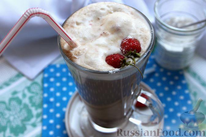 Фото к рецепту: Кофе глясе с мороженым и земляничным сиропом
