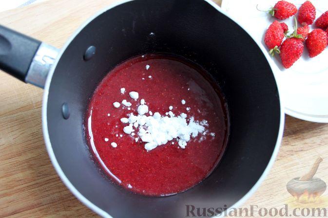 Фото приготовления рецепта: Кофе глясе с мороженым и земляничным сиропом - шаг №6
