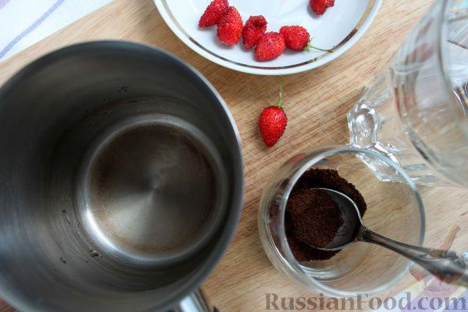 Фото приготовления рецепта: Кофе глясе с мороженым и земляничным сиропом - шаг №8