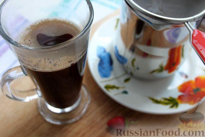 Фото приготовления рецепта: Кофе глясе с мороженым и земляничным сиропом - шаг №9