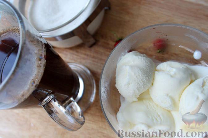 Фото приготовления рецепта: Кофе глясе с мороженым и земляничным сиропом - шаг №10