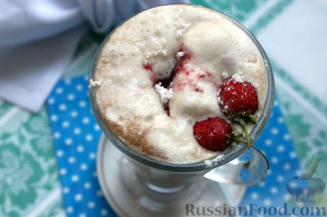 Фото приготовления рецепта: Кофе глясе с мороженым и земляничным сиропом - шаг №13