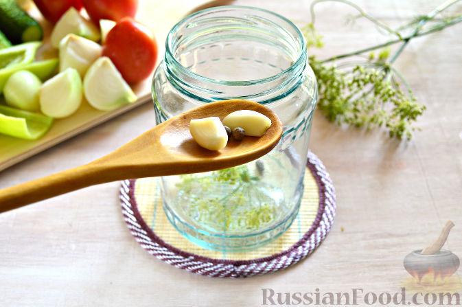 "Фото приготовления рецепта: Заготовка на зиму с помидорами ""Овощной квартет"" - шаг №4"