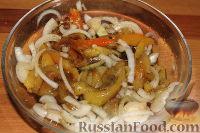 Фото приготовления рецепта: Пестрый салат из фасоли и печеного перца - шаг №8
