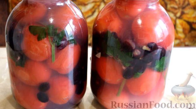 Фото приготовления рецепта: Маринованные помидоры с виноградом (на зиму) - шаг №7