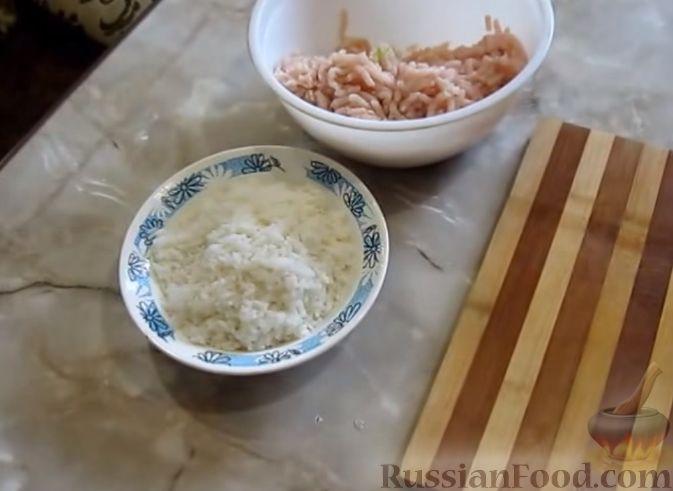 Фото приготовления рецепта: Голубцы из пекинской капусты, с индюшиным фаршем и рисом - шаг №2