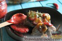 Фото к рецепту: Стейк из индейки, запеченный под сливами и зеленью