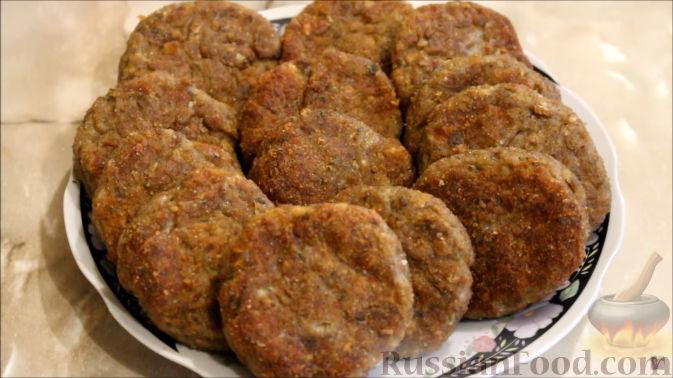 Фото приготовления рецепта: Отварной картофель с творогом, зеленью и чесноком - шаг №2