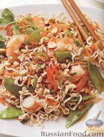 Фото к рецепту: Салат из рисовой лапши с креветками, зеленым горошком и морковью