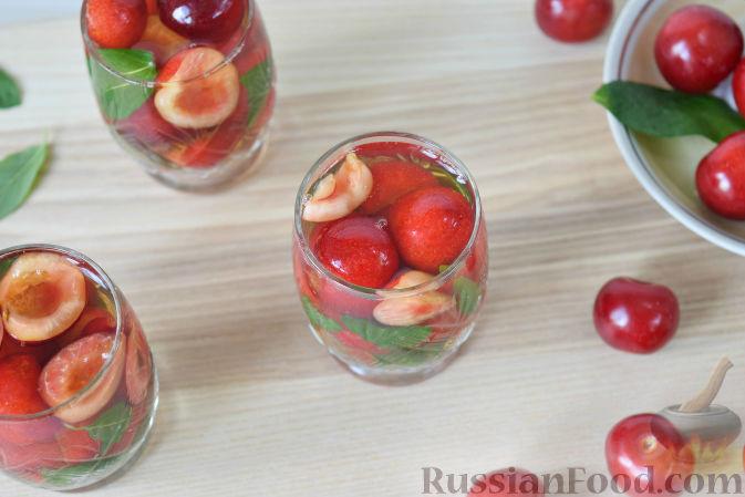 Фото приготовления рецепта: Десерт c черешней - шаг №5