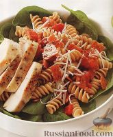 Фото к рецепту: Салат из макарон, со шпинатом и куриным филе