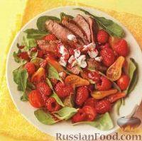 Фото к рецепту: Мясной салат с рукколой, малиной и помидорами