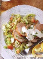 Фото к рецепту: Запеченное свиное филе с теплым салатом из пекинской капусты и яблок
