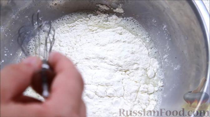 Фото приготовления рецепта: Блины с корицей, клубникой и шоколадной глазурью - шаг №3