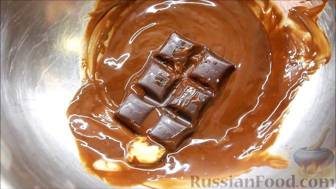 Фото приготовления рецепта: Блины с корицей, клубникой и шоколадной глазурью - шаг №8