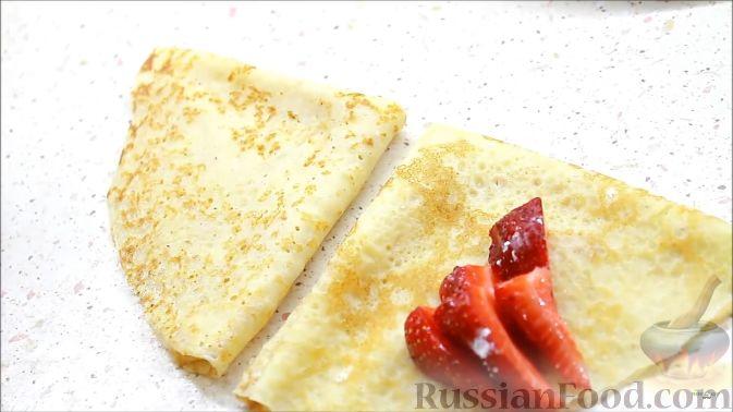 Фото приготовления рецепта: Блины с корицей, клубникой и шоколадной глазурью - шаг №10