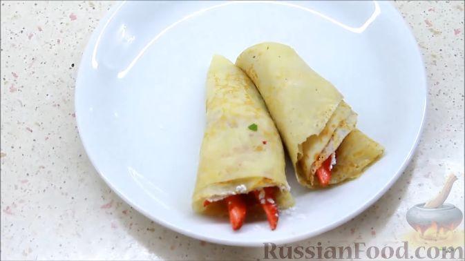 Фото приготовления рецепта: Блины с корицей, клубникой и шоколадной глазурью - шаг №11