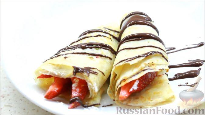 Фото приготовления рецепта: Блины с корицей, клубникой и шоколадной глазурью - шаг №12