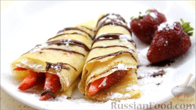 Фото приготовления рецепта: Блины с корицей, клубникой и шоколадной глазурью - шаг №13
