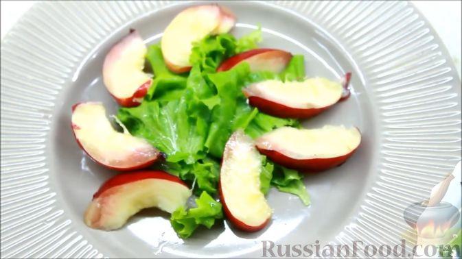 Фото приготовления рецепта: Летний салат с ежевикой и нектарином - шаг №7