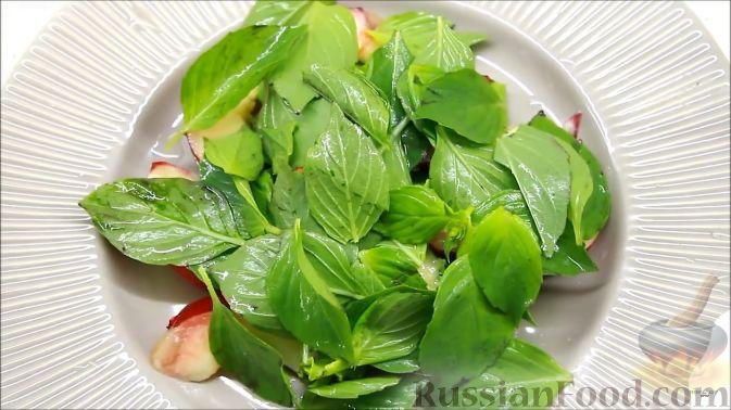 Фото приготовления рецепта: Летний салат с ежевикой и нектарином - шаг №8