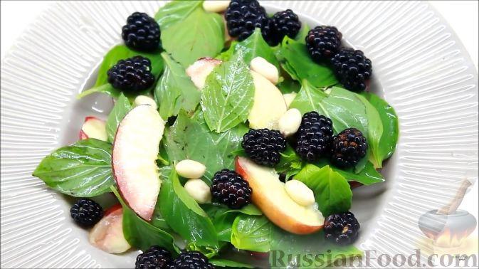 Фото приготовления рецепта: Летний салат с ежевикой и нектарином - шаг №9