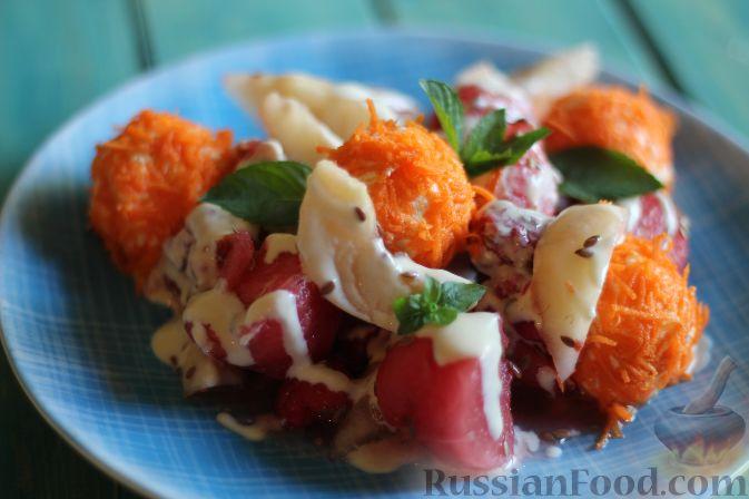 Фото приготовления рецепта: Салат из арбуза с творожно-морковными шариками - шаг №14