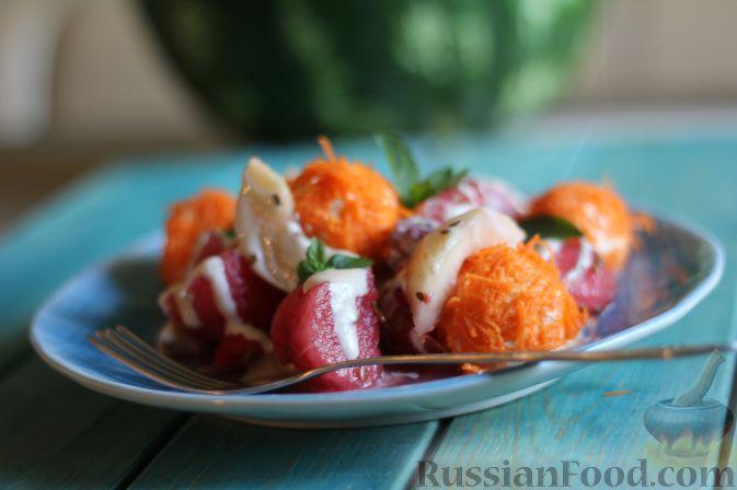 Фото приготовления рецепта: Салат из арбуза с творожно-морковными шариками - шаг №15