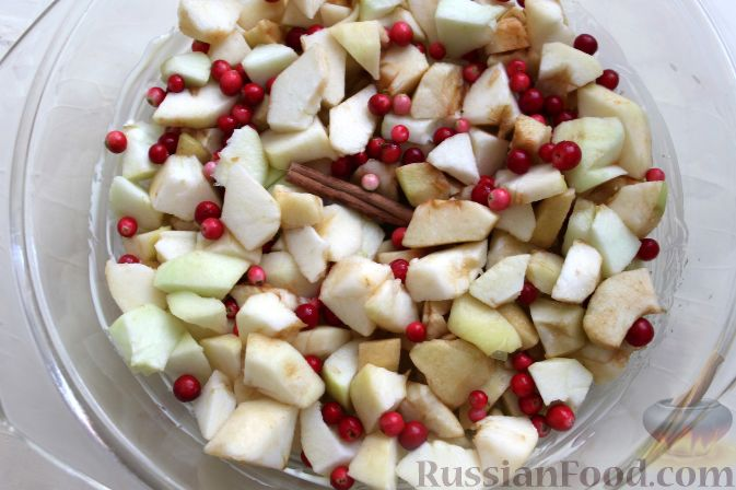 Фото приготовления рецепта: Гарнир из яблок и брусники (к мясу) - шаг №4