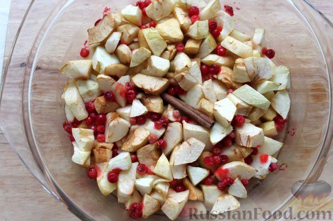 Фото приготовления рецепта: Гарнир из яблок и брусники (к мясу) - шаг №5