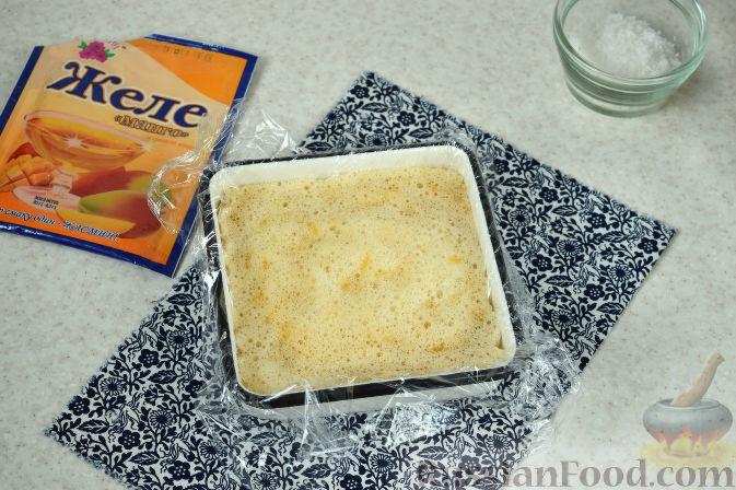 Фото приготовления рецепта: Десерт из дыни с кокосовой стружкой - шаг №6