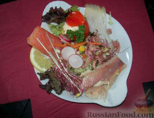 Рецепт Салат с помидорами, лососем и креветками
