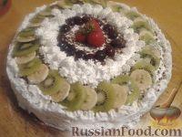 Фото к рецепту: Шоколадный торт со взбитыми сливками и фруктами