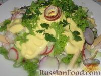 Фото к рецепту: Салат с редисом и огурцом