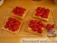 Фото к рецепту: Слоеные пирожные с клубникой