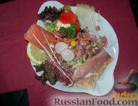 Фото к рецепту: Салат с помидорами, лососем и креветками